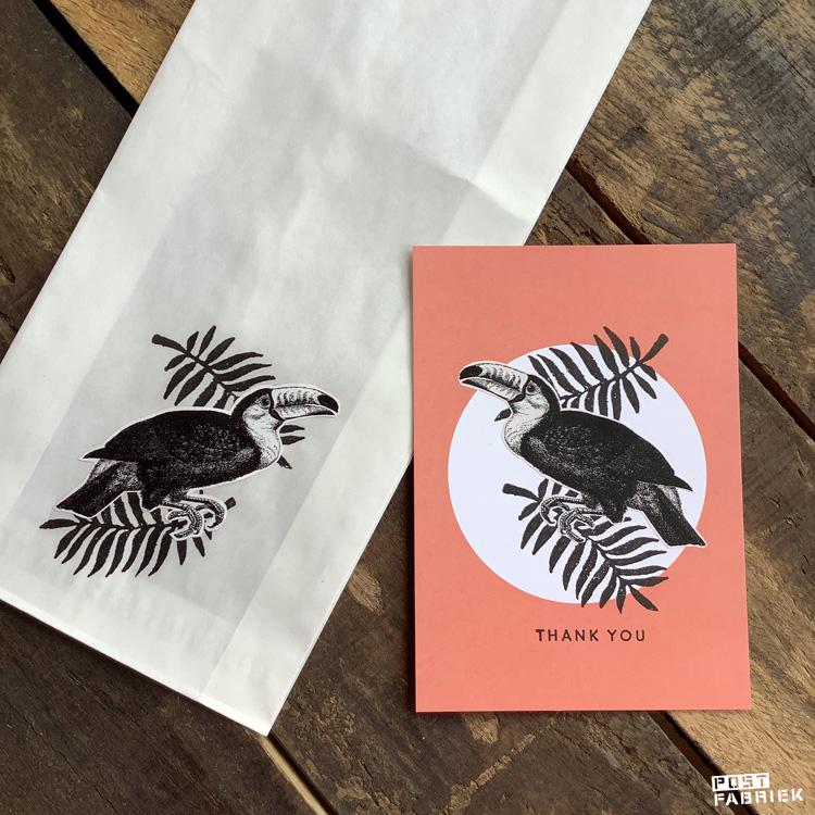 Op deze foto zie je dat ik twee Toekans heb uitgeknipt. De ene heb ik op een papieren boterhamzakje geplakt, de andere op een kaartje van Perlenfischer. De stempel van het blad kocht ik bij Dille & Kamille, de stempel met de tekst 'thank you' is van Perlenfischer.