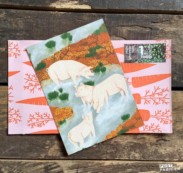 Een kaartje met illustratie van Lieke van der Vorst, een samenwerking met WAP en Dille & Kamille op een cadeauzakje met wortels van Vlinders in je buik met een moestuinpostzegel.