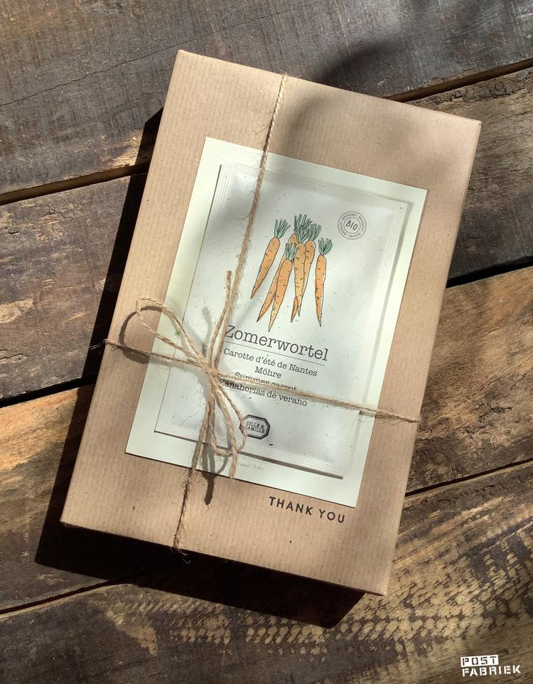 Zaadjes van de zomerwortel van Dill & Kamille ter versiering van een pakje. De tekst op het pakje is gestempeld met een stempel van Perlenfischer.