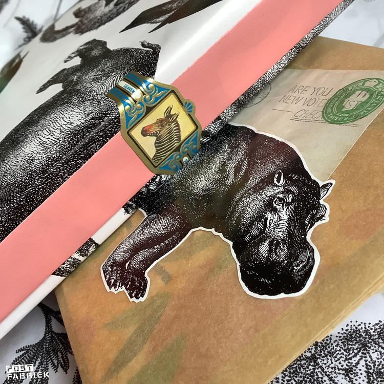 Cadeaupapier 'Let's go to the Zoo' van Vlinders in je buik gecombineerd met andere papiertjes: een papieren boterhamzakje, een sigarenbandje en plaatje uit het blad 'Filatelie'.